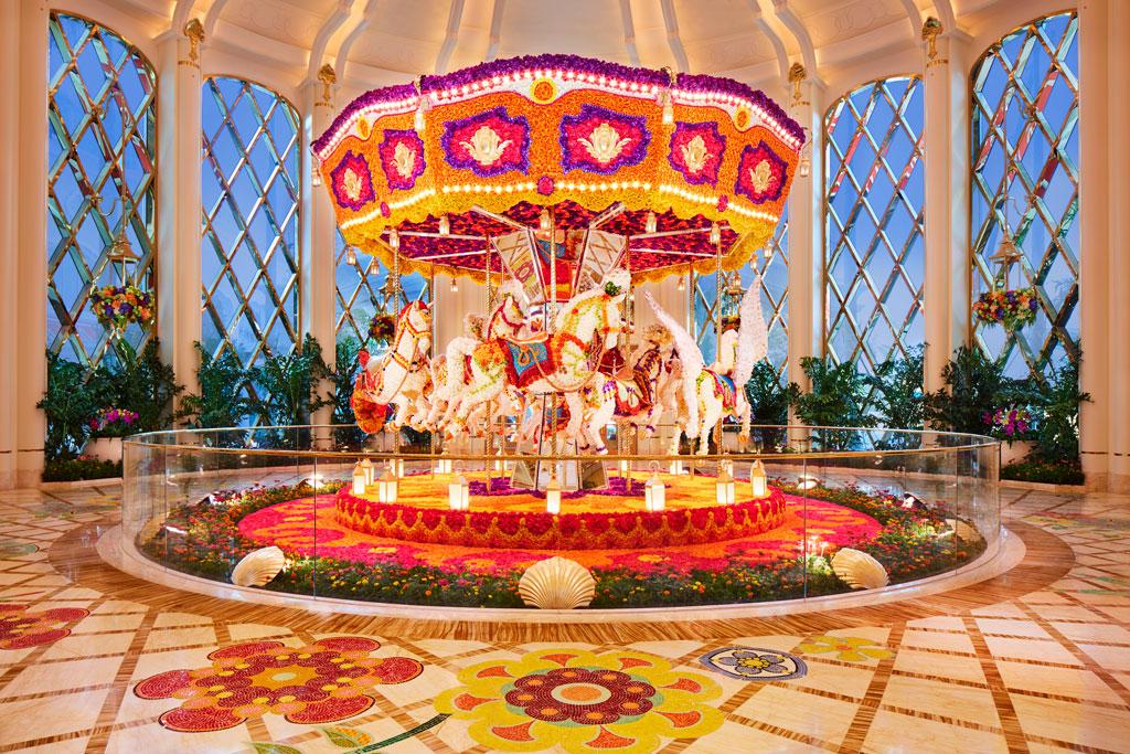 ผลงานม้าหมุนดอกไม้ (Carousel Floral Sculpture) โดย Preston Bailey