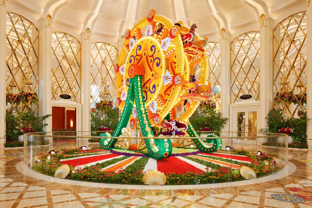 ผลงานชิงช้าสวรรค์จากดอกไม้สด (Ferris Wheel Floral Sculpture) โดย Preston Bailey