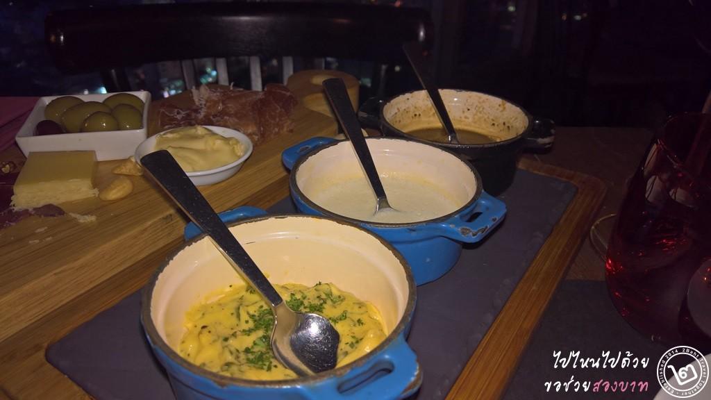 ซอสทั้งสาม (Blue Cheese, Bernaise, และพริกไทดำ)