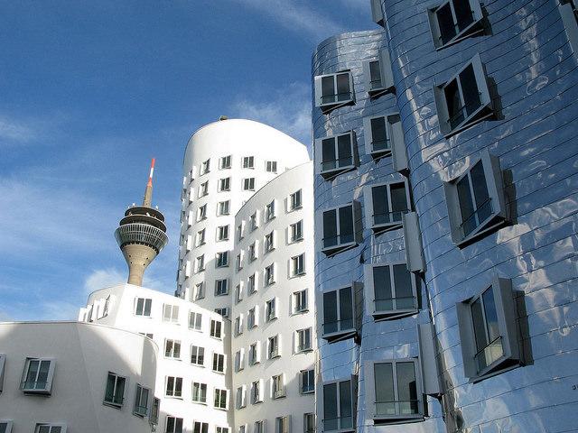 สถาปัตยกรรมริมแม่น้ำเมือง Dusseldorf ที่ออกแบบโดย Frank Gehry (ภาพโดย Michael / Flickr)