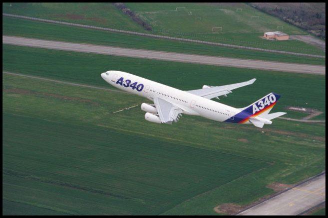 ภาพเครื่องบินแบบ A340-200 ที่ทำการบินขึ้นครั้งแรก (ภาพทางการจาก Airbus)