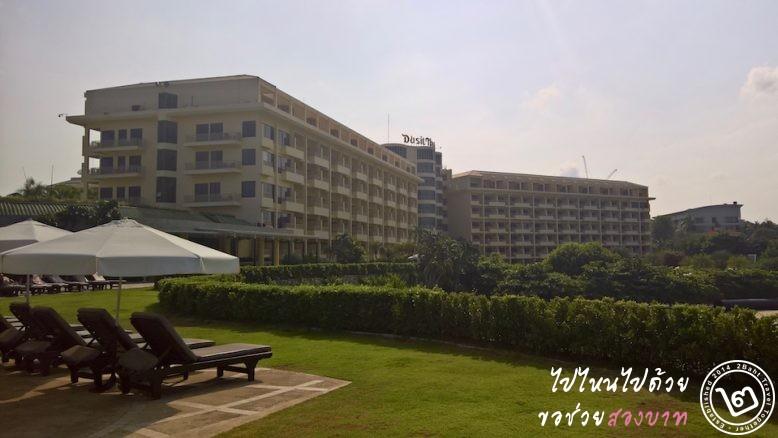 ตัวอาคาร โรงแรมดุสิตธานีพัทยา เมื่อมองจากแหลมที่ยื่นออกไปยังทะเล